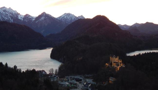 Castelo Hohenschwangau visto da trilha de acesso do Neuschwanstein